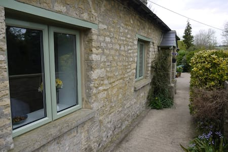 The Bungalow - Detached Cotswold stone cottage