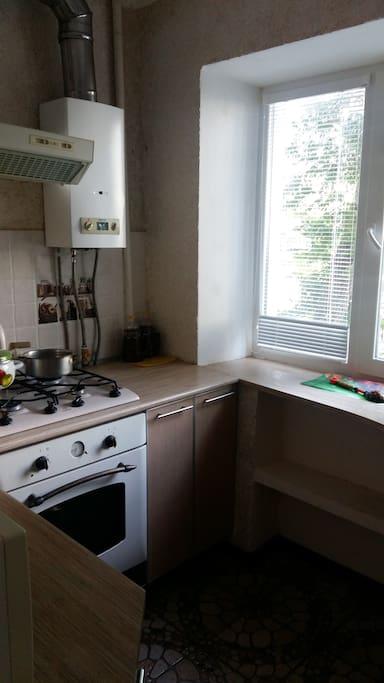 Кухня с газовой колонкой . С горячей водой нет проблем.
