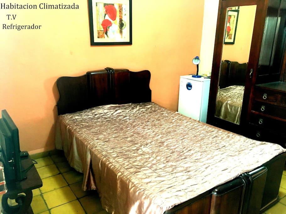 Habitación con Aire, TV, Nevera, Armario y Baño independiente