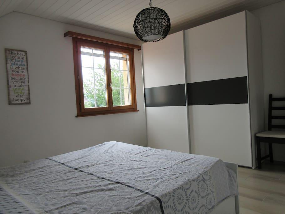 La chambre avec sa penderie / The bedroom with its closet