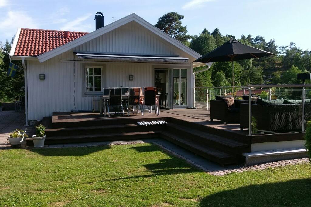 Terrass med bord och stolar och Lounge möbler