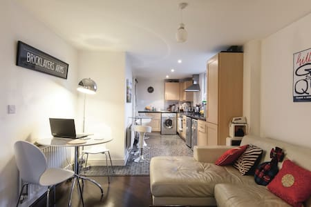 Central room in cosy shared flat - London - Apartment