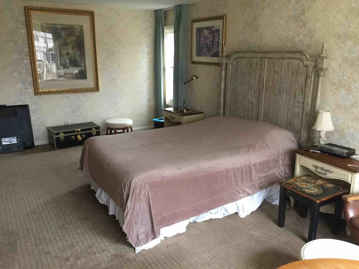 Spacious private room Strongsville