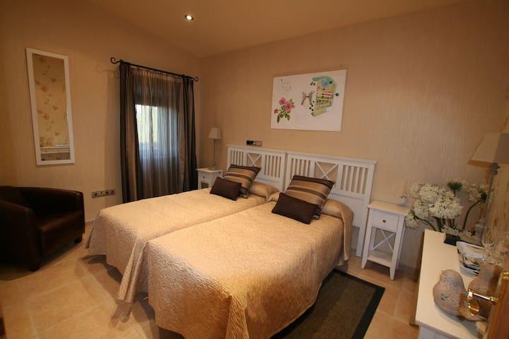 Suite Romantica Hotel Masia Rustica siglo XVI - Mollet de Peralada - Apartment