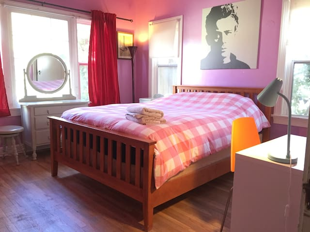 Hollywood. Larchmont. Lilac Bedroom & Free Parking