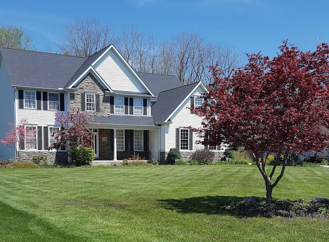 Beautiful home 3 minutes from I-90 - Concord Township - บ้าน