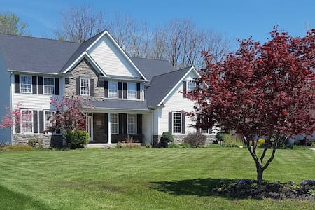 Beautiful home 3 minutes from I-90 - Concord Township - Hus