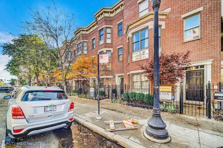 4B|2.5B Chicago Townhome