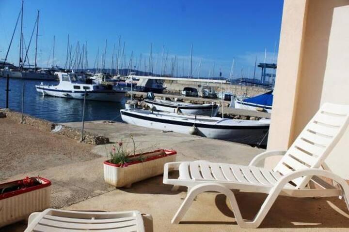 Jednopokojowy apartament z tarasem i widokiem na morze Betina (Murter) (A-17061-b)