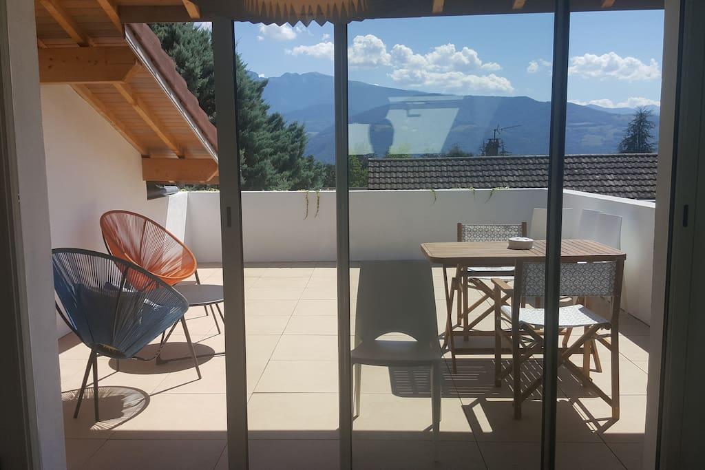 Terrasse : 2 tables pour 6 personnes, eau, barbecue...