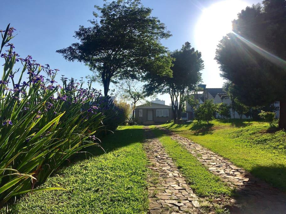 Entrada da Hospedaria Jardim Itália em uma manhã de primavera