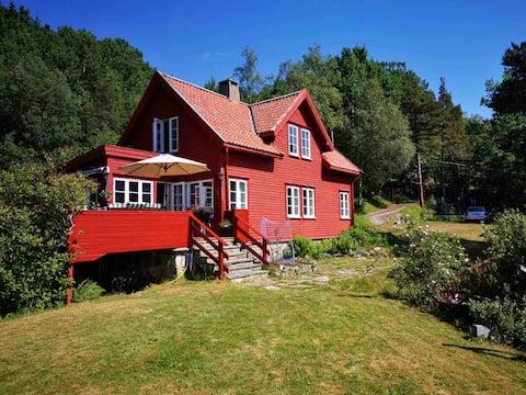 Hytte med nydelig utsikt over Tingvollfjorden.