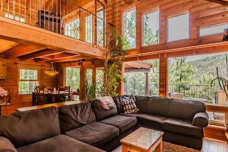 Contemporary Log Cabin Nestled in Towering Pines - Kisház