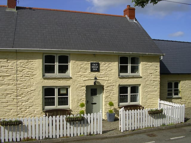 The OLD SWAN INN - Pembrokeshire Holiday Cottage
