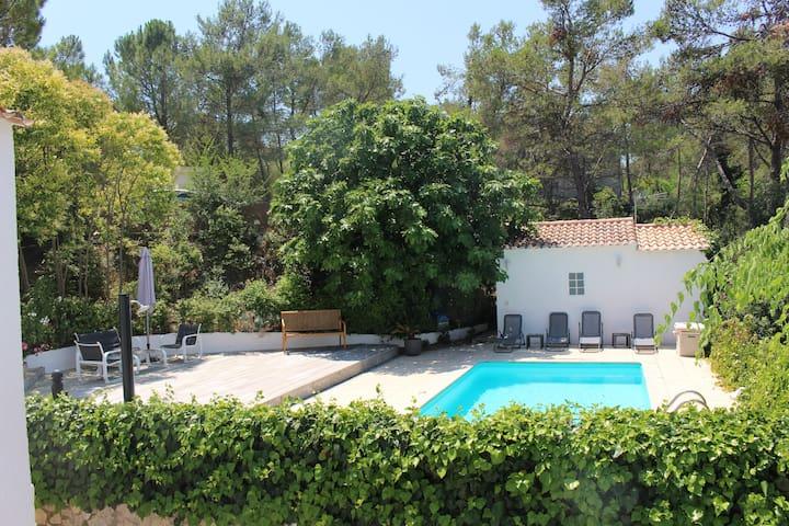 Maisonnette avec jardin et piscine