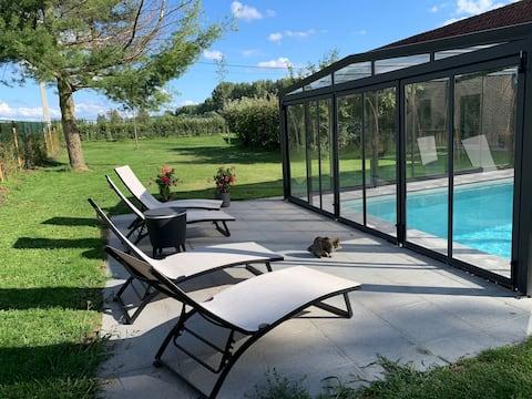 Kamers in gerenoveerde hoeve met overdekt zwembad