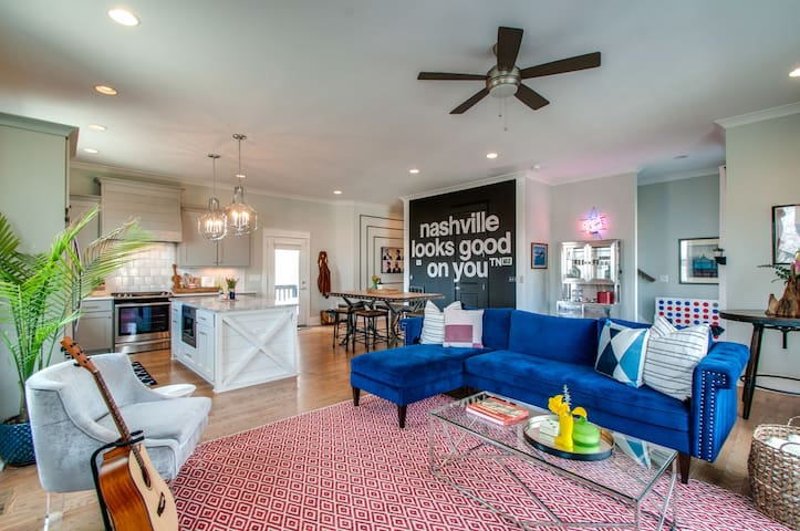 Private Room in Luxury Chic Townhome Close to DT