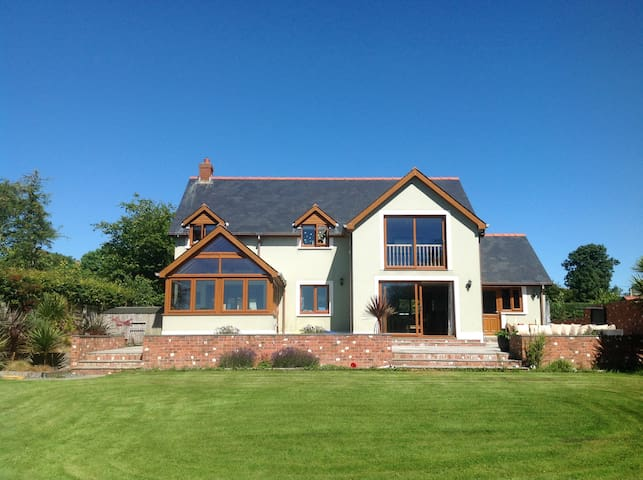 Beautiful Family Home with detached Beauty Salon. - Pembrokeshire - House