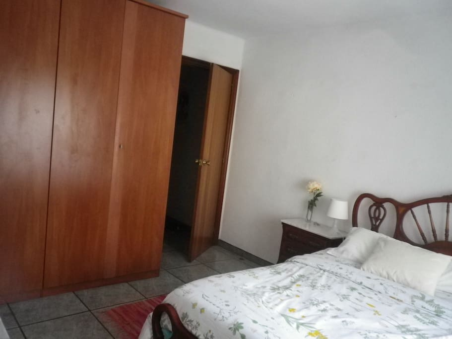 habitación doble con armario grande/double room with an ample wardrobe