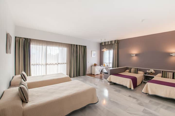 Estudio Familiar PYR Hotel (3 adultos + 1 niño)