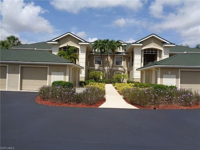 2bed/2bath condo, gated community on the 9th green