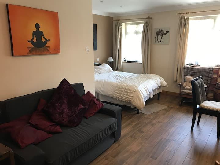 Private Annex ideally located to Heathrow.