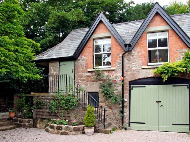 GRANTON COACH HOUSE, character holiday cottage in Goodrich, Ref 3594