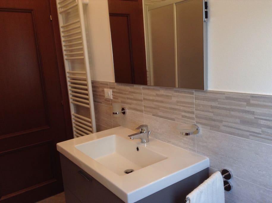 Il bagno con doccia è grande, confortevole, con lo spazio giusto per le necessità di ciascuno
