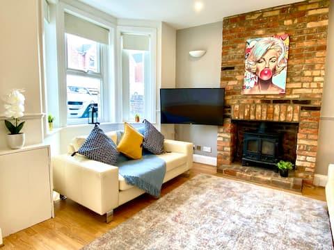 4 Bedroom Poole House-Sleeps 8 -inc.Parking & WiFi