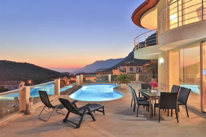 4 bedroom 8 guest capacity Sea Views Holiday Villa