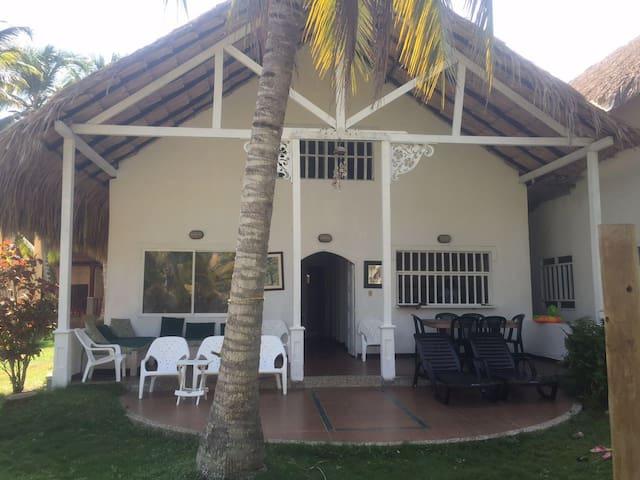 Excelente Cabaña ubicada a 60 metros de la playa - Covenas - Houten huisje