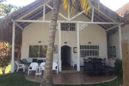Excelente Cabaña ubicada a 60 metros de la playa - Covenas - キャビン