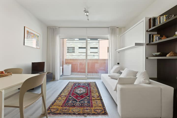 Modern studio w/ free parking & WiFi - close to monuments & attractions!