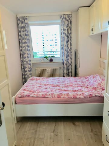 Cosy room (25 mins from Messestadt with Metro)