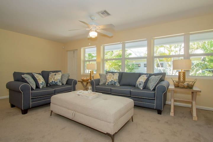 Cozy beach contemporary villa in exclusive community of The Moorings/West of 41- walk&bike to beach!
