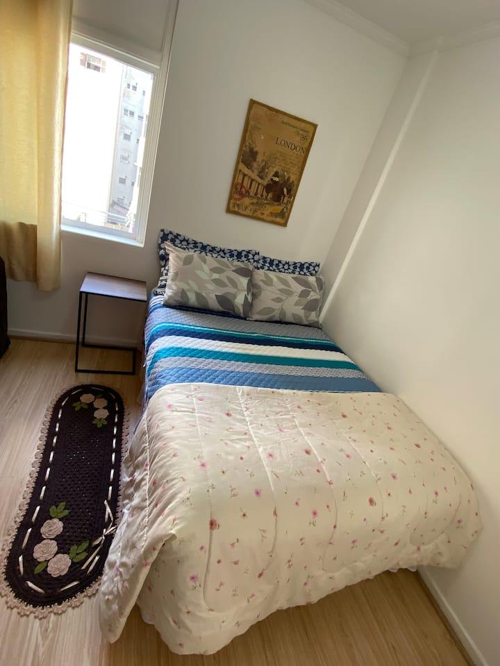 Um apartamento central com conforto e segurança