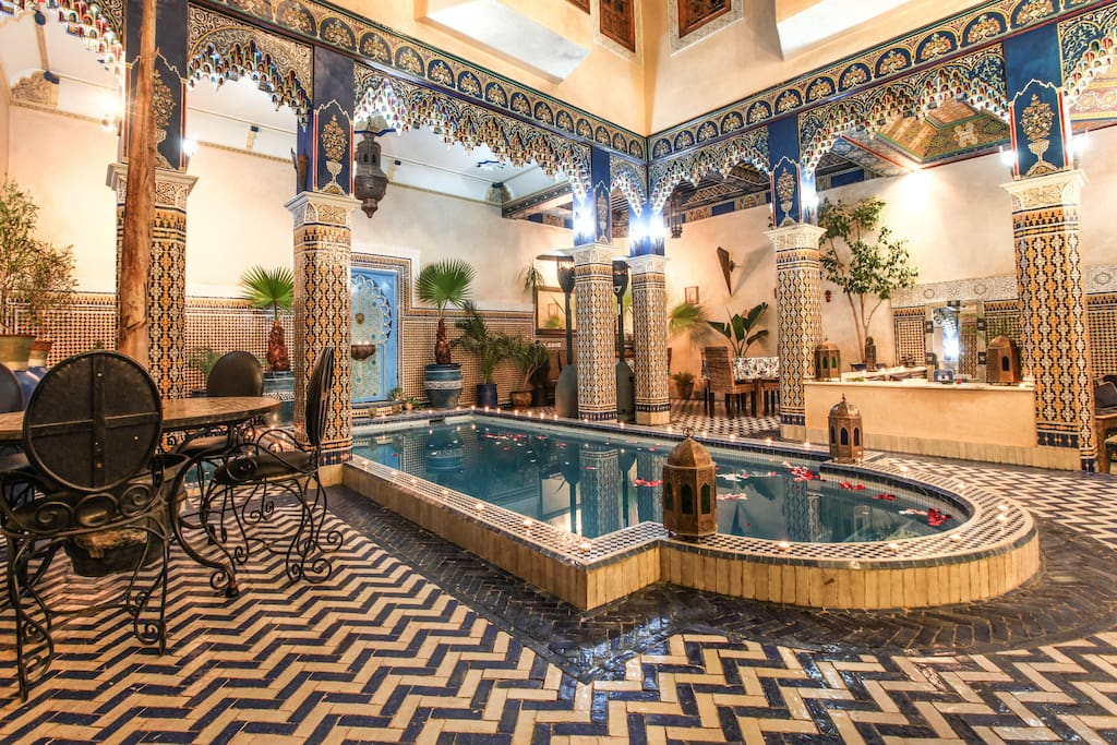 Riad a marrakech avec terrasse et grande piscine bed for Riad marrakech piscine chauffee