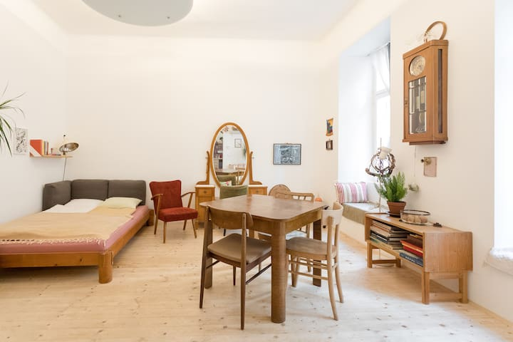 Quiet and central, high ceiling Studio-Apartment