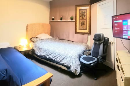 Free/Easy Parking, TV, Full Kitchen, Massage Chair