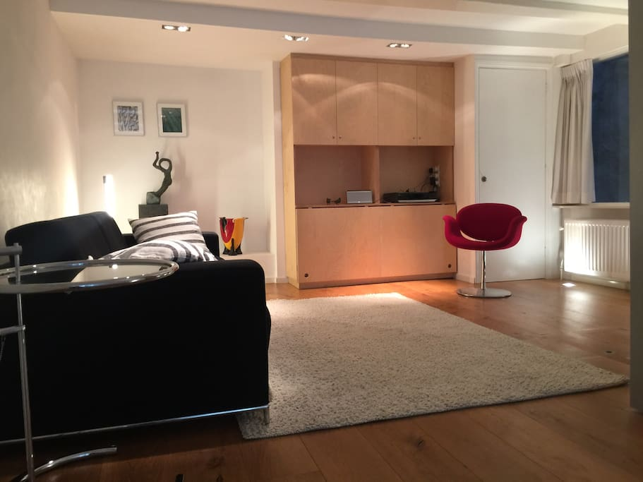 Ground floor studio apartment near Dam square - now with the new beige-white rug