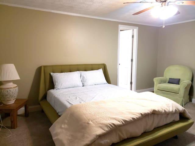 Private Master Bedroom Near Hwy 75 & KSU Kennesaw