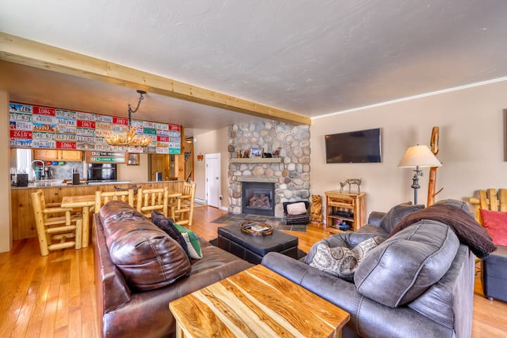 Spacious, family-friendly home w/ large patio, gas grill and views of Mt Crested