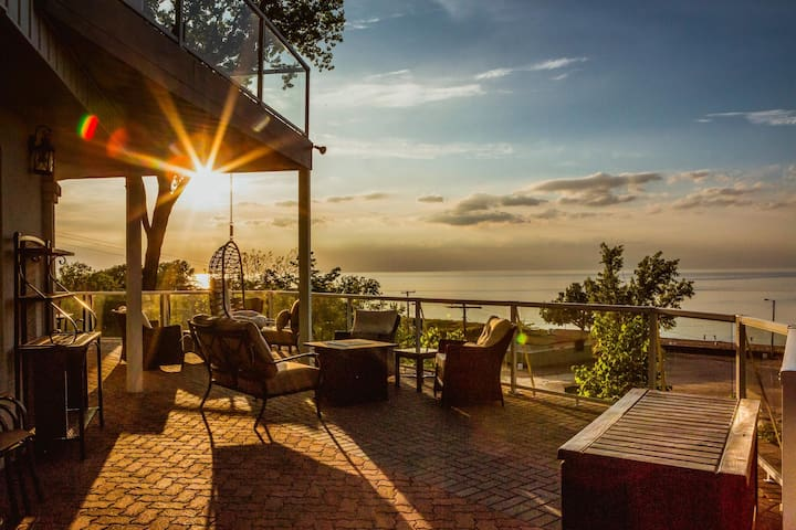 Dramatic views, hot tub, firepit, lavish kitchen at dunetop beachfront villa!