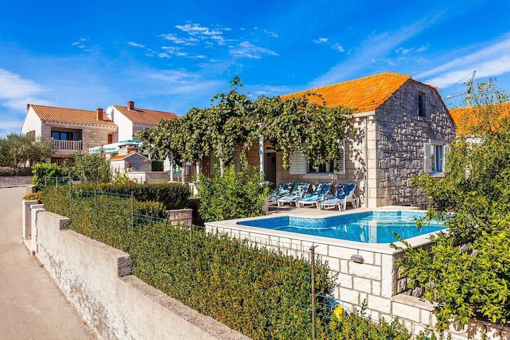 Green Garden- 4 Bedroom House with Private Pool