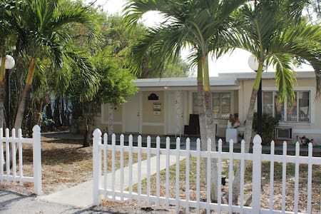 Sea Chest Cottages 1 Bedroom Waterfront Cottage - Clearwater - Villa