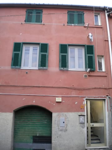 Il portone; le tre finestre al primo piano sono quelle dell'appartamento