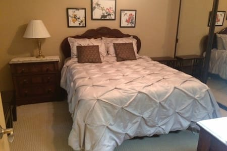 Deluxe Queen Bed,  Shower/Tub in desired NW Fresno - Fresno - Wohnung