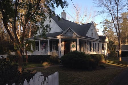 Charming Victorian Cottage - Summerville - House
