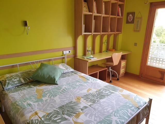 Habitación verde en chalet de diseño