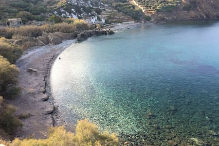 3 min from the beach-White&blue house in Apollon